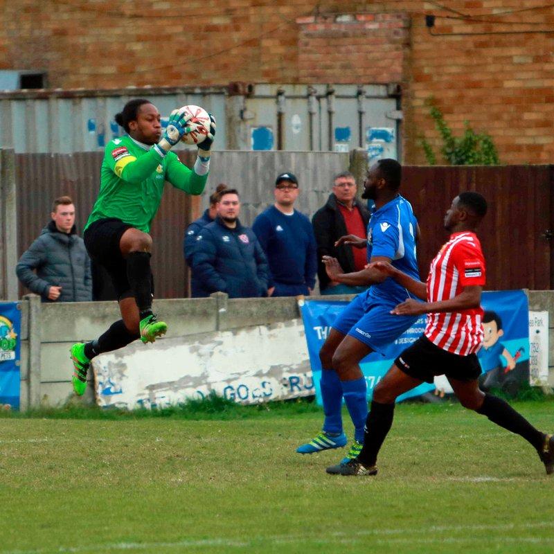 Lamar Johnson re-signs at Aveley