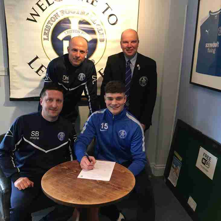 Harry Knights signs a new contract