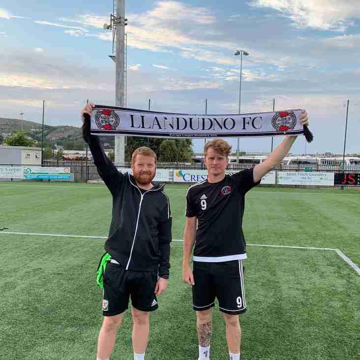 Club legend Lee 'Krusty' Thomas signs for Llandudno