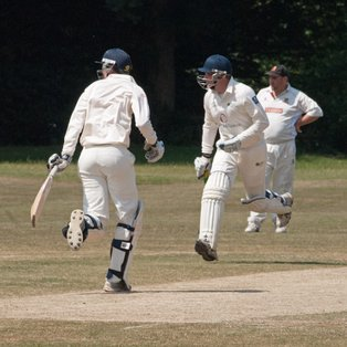 Ashtead beat 9 man Walton on a scorching day