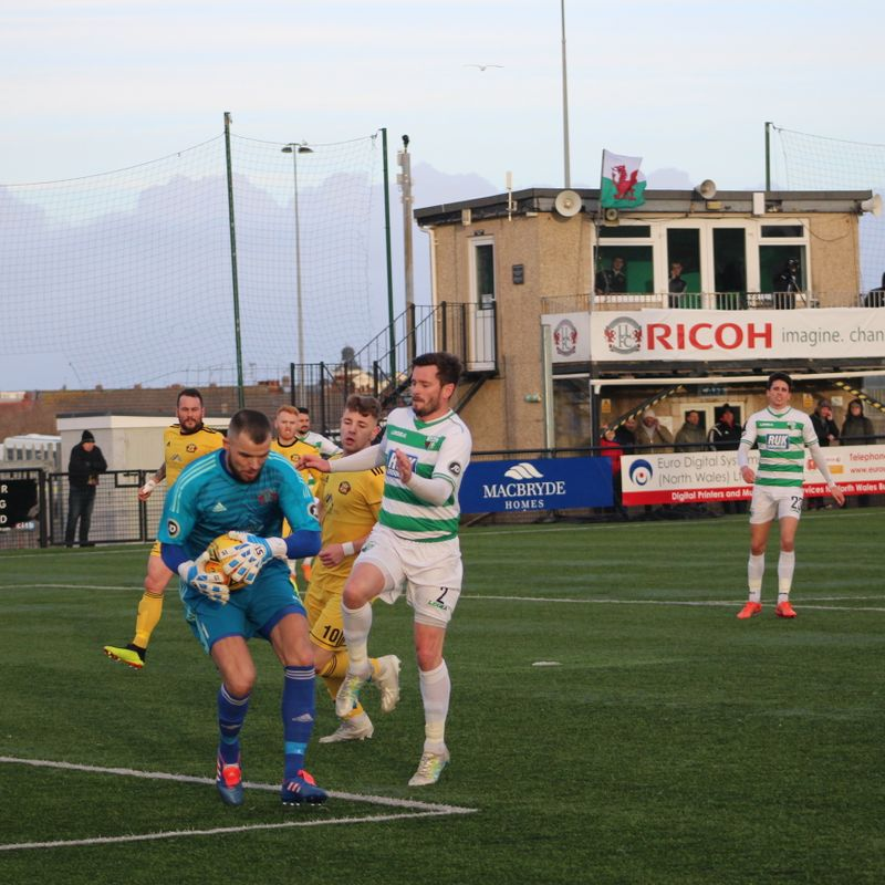 Goalkeeper Shaun Pearson agrees to stay on at Llandudno